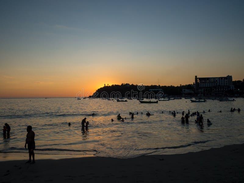 Puerto Escondido, Oaxaca, México, Suramérica: [Puesta del sol en la playa local, el faro, la playa crowdwed, el destino turístico imagen de archivo