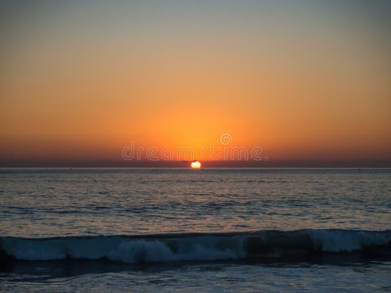 Puerto Escondido, Oaxaca, Mexico, Zuid-Amerika: [De Zonsondergang bij het lokale strand, vuurtoren, crowdwed strand, toeristenbes stock afbeelding