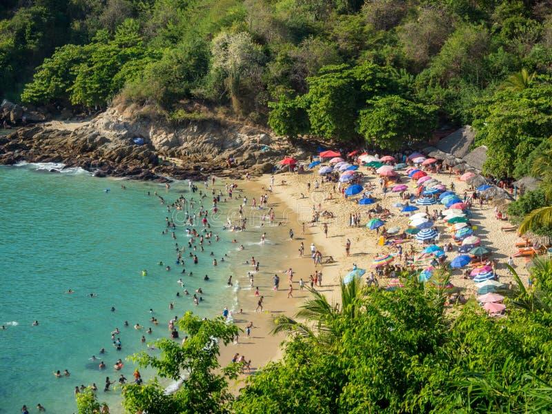 Puerto Escondido, Oaxaca, Mexico, Zuid-Amerika: [Playa Carrizalillo, crowdwed natuurlijk strand, toeristenbestemming] royalty-vrije stock afbeelding