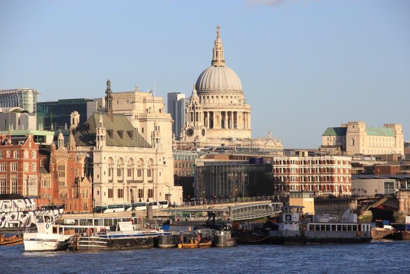 Puerto fluvial en Londres foto de archivo