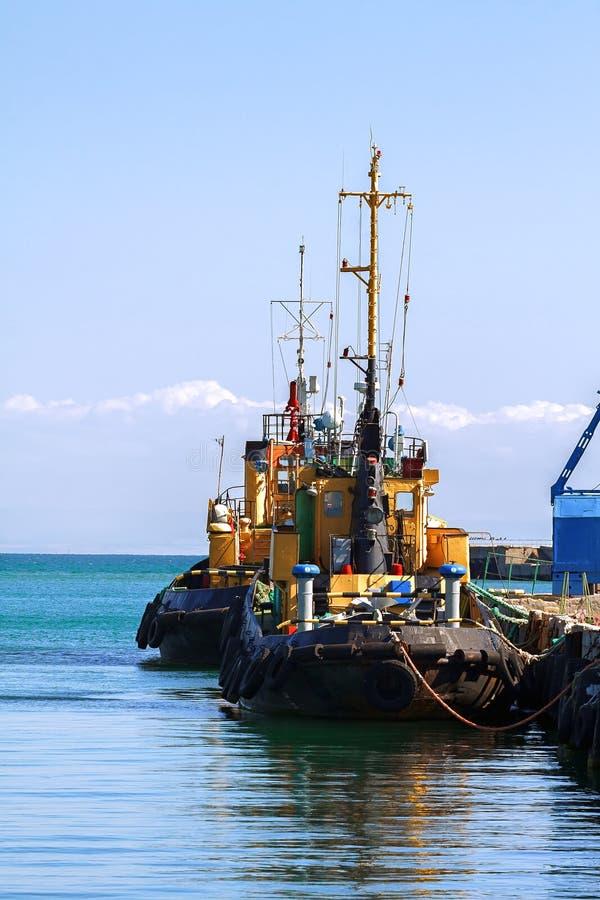 Puerto, gabarra, barco del tirón imagen de archivo