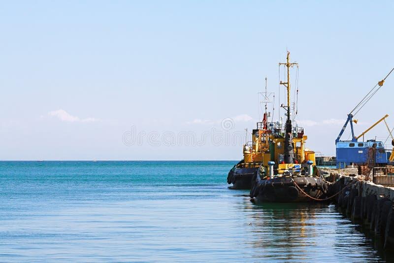 Puerto, gabarra, barco del tirón imagenes de archivo