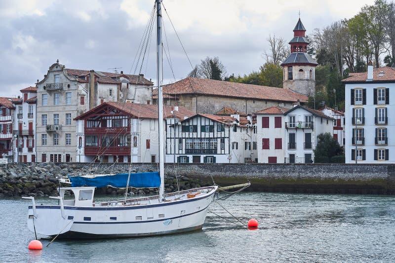 Puerto hermoso de San Juan de Luz en la costa francesa, donde la arquitectura popular colorida resuelve los barcos foto de archivo libre de regalías