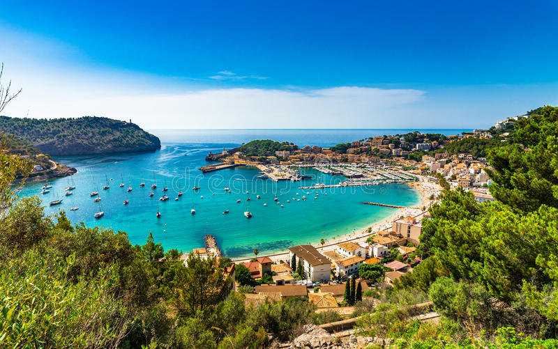 Puerto hermoso en el mar Mediterráneo de Majorca Port de Soller España imagen de archivo