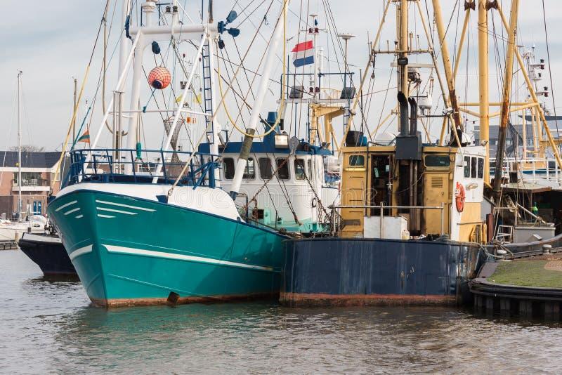 Puerto holandés de Urk con los cortadores de la pesca foto de archivo