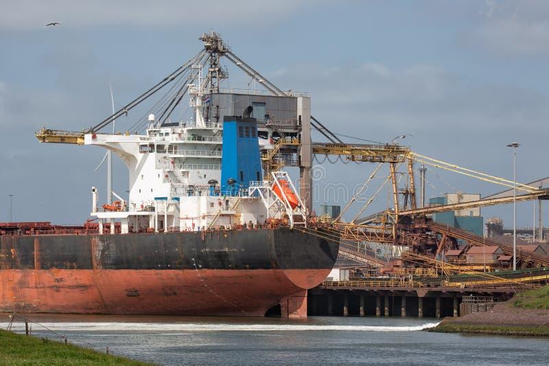 Puerto holandés IJmuiden de la fábrica de acero con el portador del cargo en frente, fotografía de archivo libre de regalías
