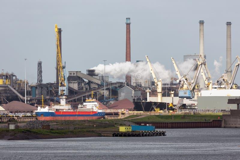 Puerto holandés IJmuiden de la fábrica de acero con el portador del cargo en frente, imagen de archivo