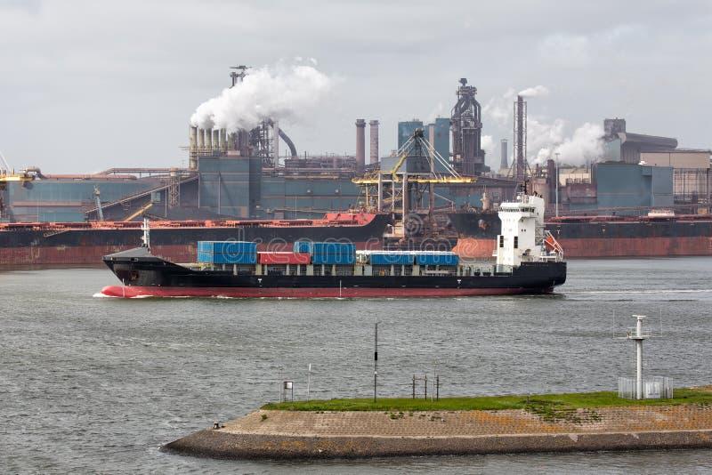 Puerto holandés IJmuiden de la fábrica de acero con el portador del cargo en frente, imagen de archivo libre de regalías