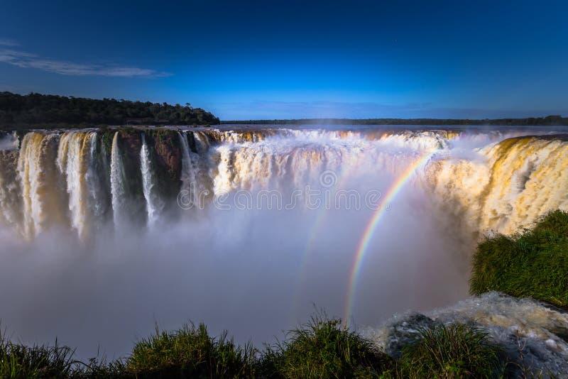 Puerto Iguazu - 24 de junio de 2017: El sitio en las cascadas de Iguazu, maravilla de la garganta del diablo del mundo, en Puerto foto de archivo libre de regalías
