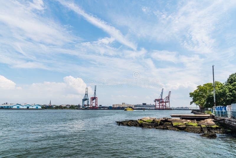 Puerto industrial con las grúas en el muelle foto de archivo libre de regalías