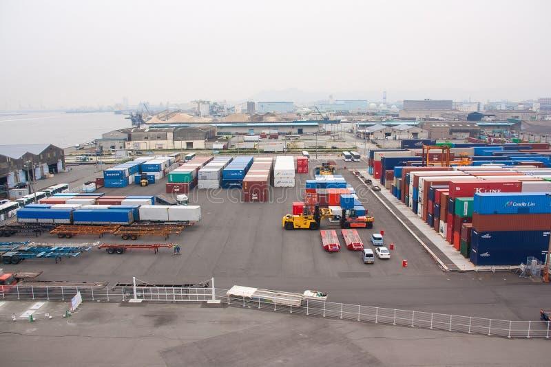 Puerto industrial con los envases foto de archivo