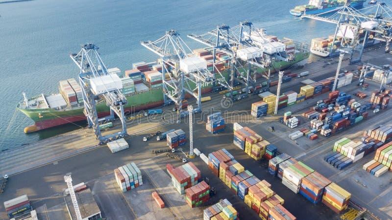 Puerto industrial del priok de Tanjung con portacontenedores imagenes de archivo