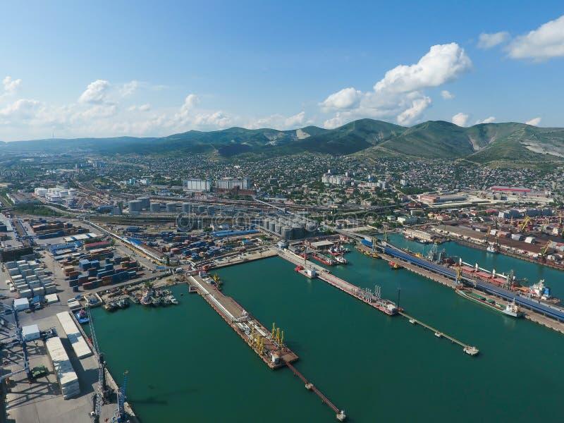 Puerto industrial, visión superior Grúas del puerto y buques y gabarras de carga Cargamento y envío del cargo en el puerto Vista  fotografía de archivo libre de regalías