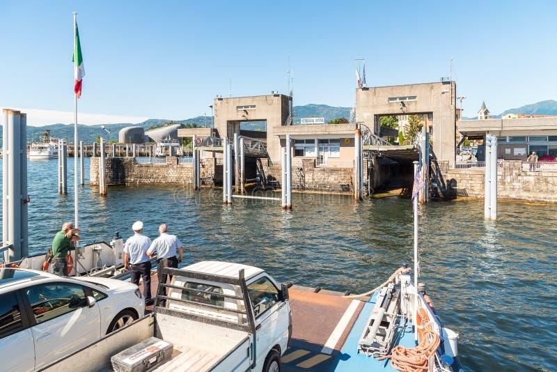 Puerto inminente de Verbania intra con el transbordador fotos de archivo