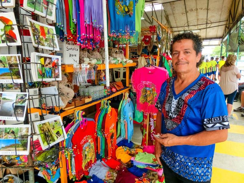 Puerto Limon, Costa Rica - 8 de dezembro de 2019: Souvenirs, bonés de baseball, sacos com vários padrões pendurados em fotos de stock