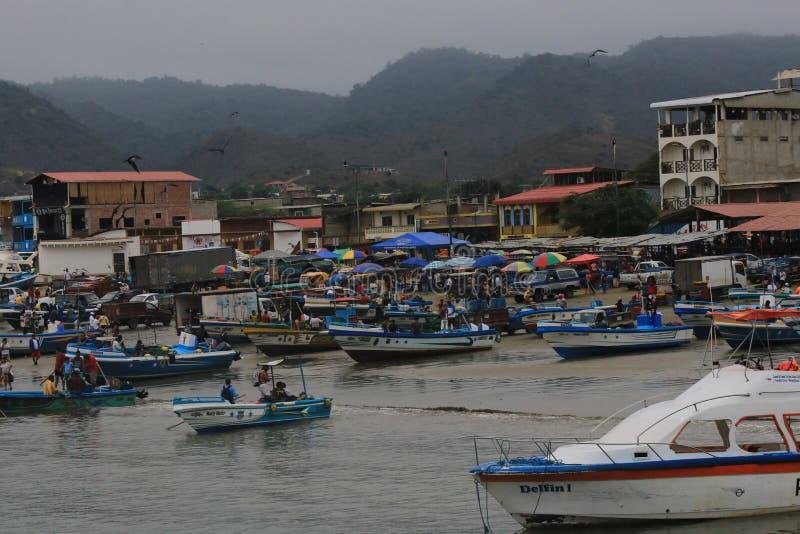 Puerto Lopez Ecuador, 9-7-2019: Een bezige ochtend die in de dagen brengen vangt in het vissersdorp royalty-vrije stock foto's