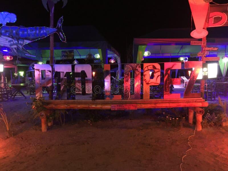 Puerto Lopez - l'Ecuador 3-5-2019, scritto nelle lettere e messo sulla plaza principale con i ristoranti nei precedenti immagine stock libera da diritti