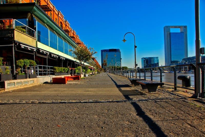 Puerto Madero bro i Buenos Aires arkivfoton
