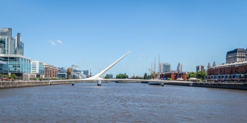 Puerto Madero e ponte de Puente de la Mujer Mulher - Buenos Aires, Argentina imagens de stock