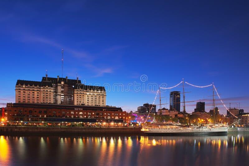 Puerto Madero la nuit, Buenos Aires, Argentine. photographie stock libre de droits