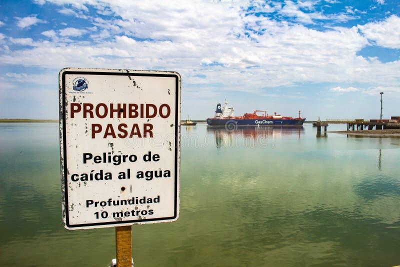 Puerto Madero p? skymning arenaceous Februari 3, 2018 Affisch i hamnen av Bahía Blanca som indikerar förbjudet för att passera oc royaltyfria bilder