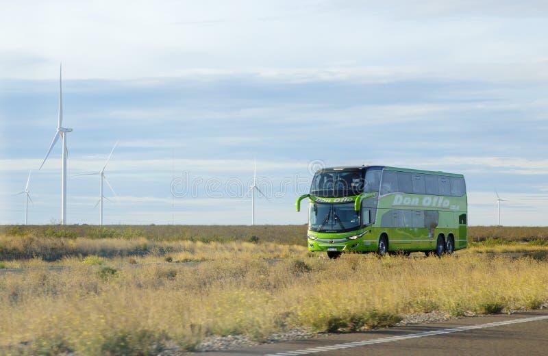 Puerto Madryn Argentinië autobus op de snelweg stock afbeelding