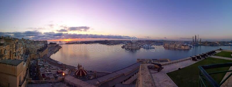 Puerto magnífico de La Valeta con tres ciudades en el panor púrpura de la salida del sol imagenes de archivo