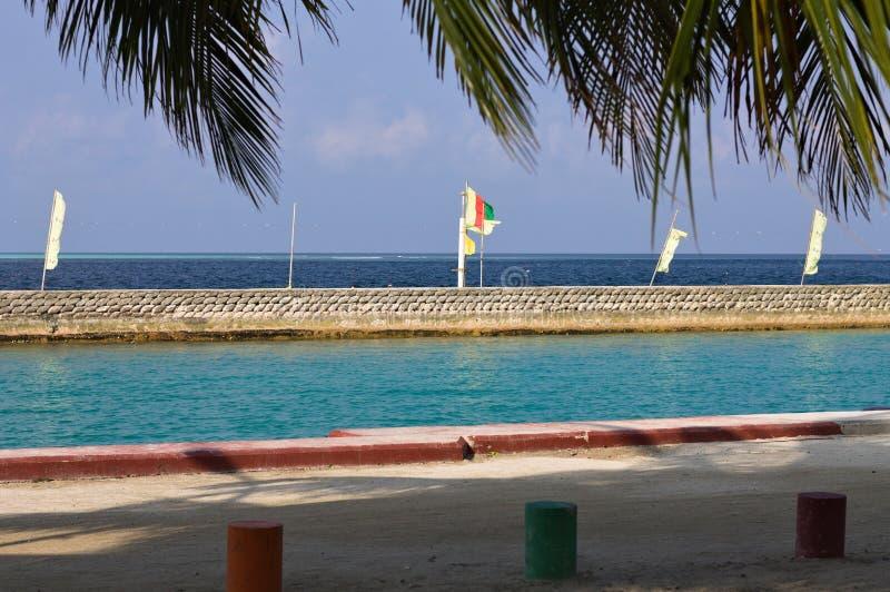 Puerto maldivo con las banderas en el embarcadero fotos de archivo