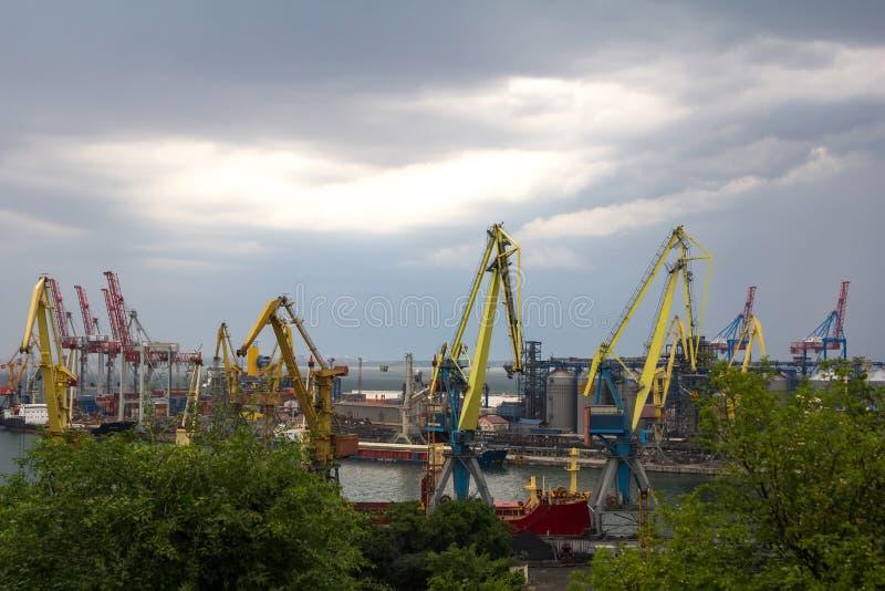 Puerto marítimo antes de la tormenta imagenes de archivo