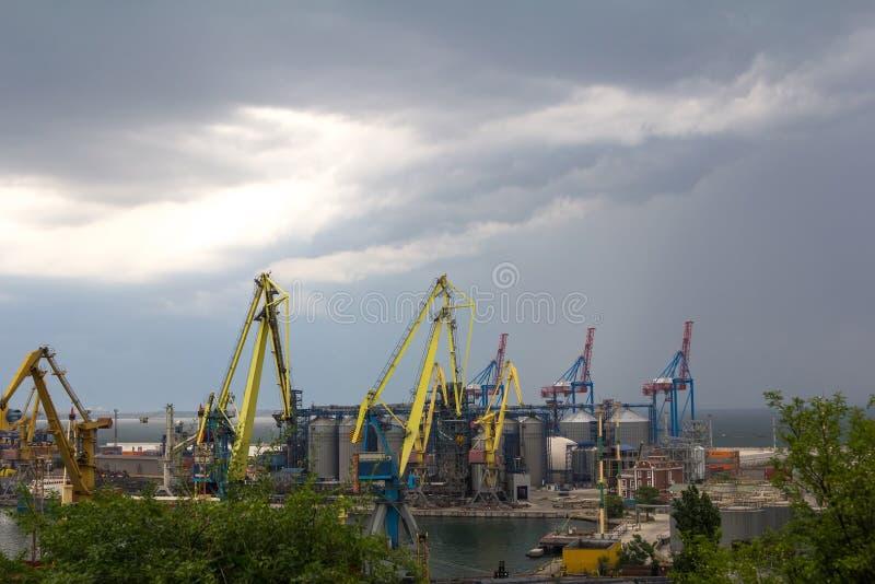 Puerto marítimo antes de la tormenta fotos de archivo