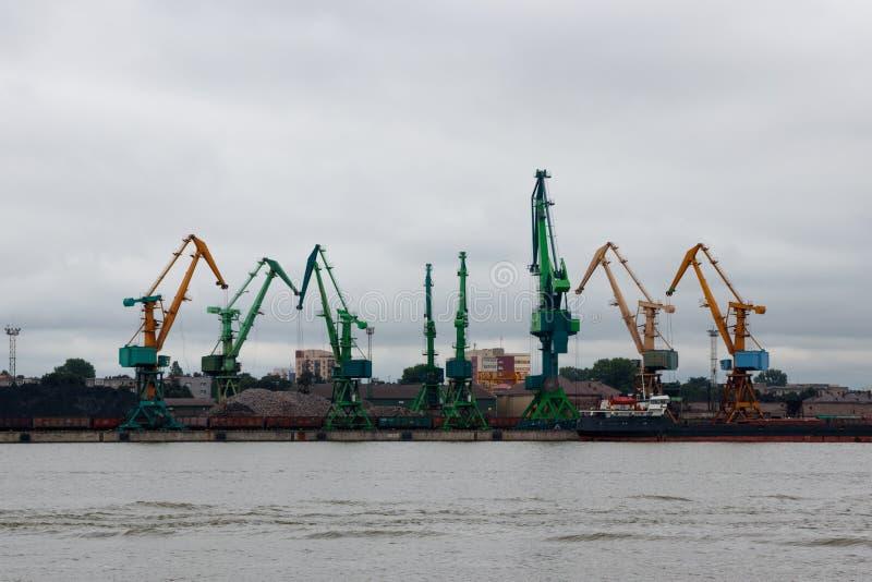 Puerto marítimo con las grúas fotografía de archivo libre de regalías