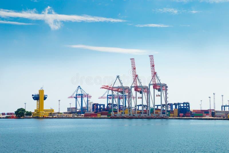 Puerto marítimo industrial con los crans coloridos del cand de los envases imágenes de archivo libres de regalías