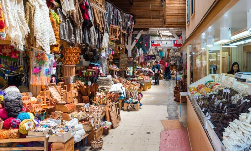 PUERTO MONTT, O CHILE - 12 DE JANEIRO DE 2018: Mercado chileno local com vários bens foto de stock