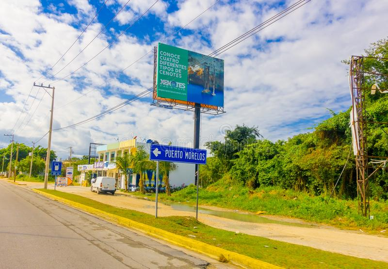 Puerto Morelos, México - 10 de janeiro de 2018: Ideia exterior do sinal informativo situada em um lado da estrada de Puerto fotos de stock