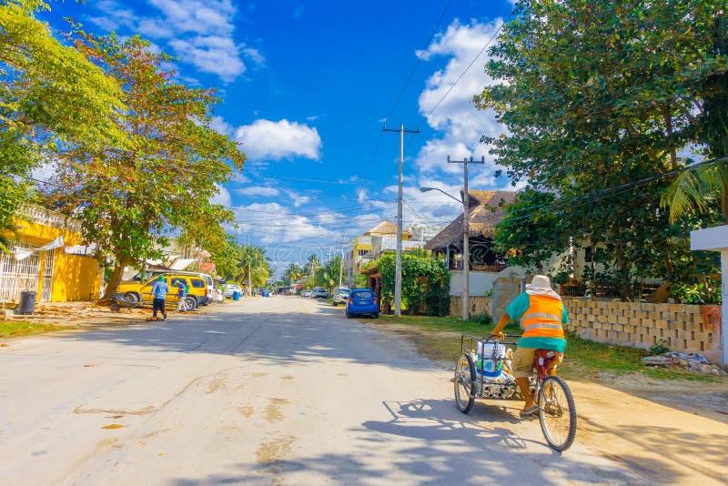 Puerto Morelos Meksyk, Styczeń, - 10, 2018: Niezidentyfikowany mężczyzna jedzie jego trójkołowa w ulicach Puerto Morelos obraz stock