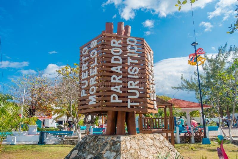 Puerto Morelos Meksyk, Styczeń, - 10, 2018: Plenerowy widok drewniana struktura po środku parka w Puerto Morelos obraz stock