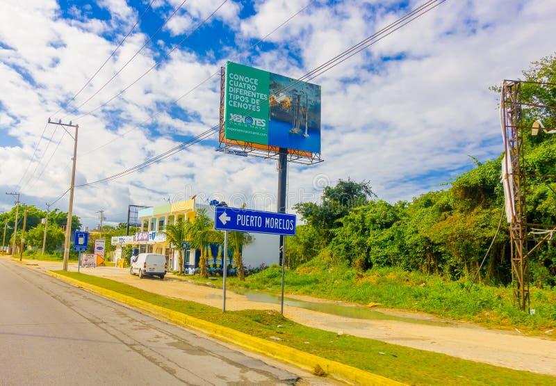 Puerto Morelos Meksyk, Styczeń, - 10, 2018: Plenerowy widok lokalizować przy jeden stroną autostrada Puerto pouczający znak zdjęcia stock