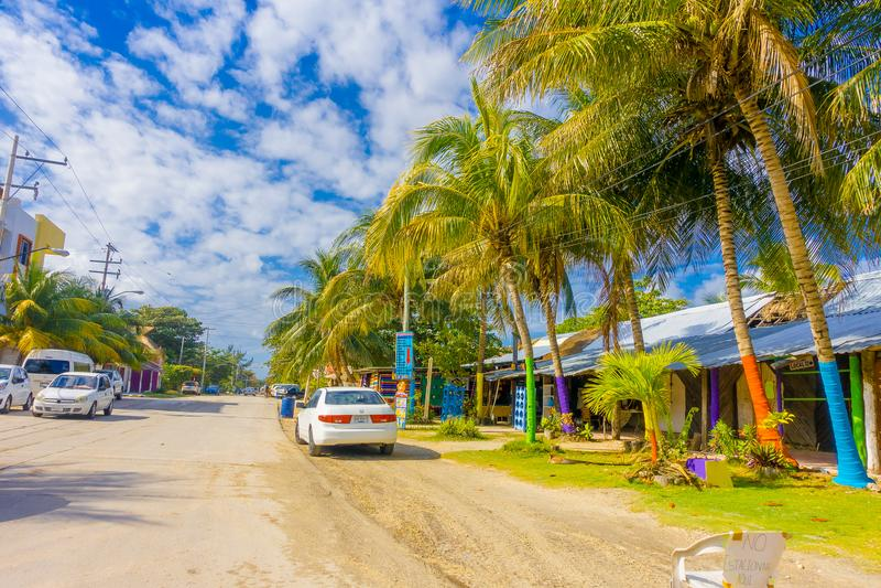 Puerto Morelos Meksyk, Styczeń, - 10, 2018: Plenerowy widok niektóre domy z wiele samochodami parkującymi w ulicie Puerto zdjęcia royalty free