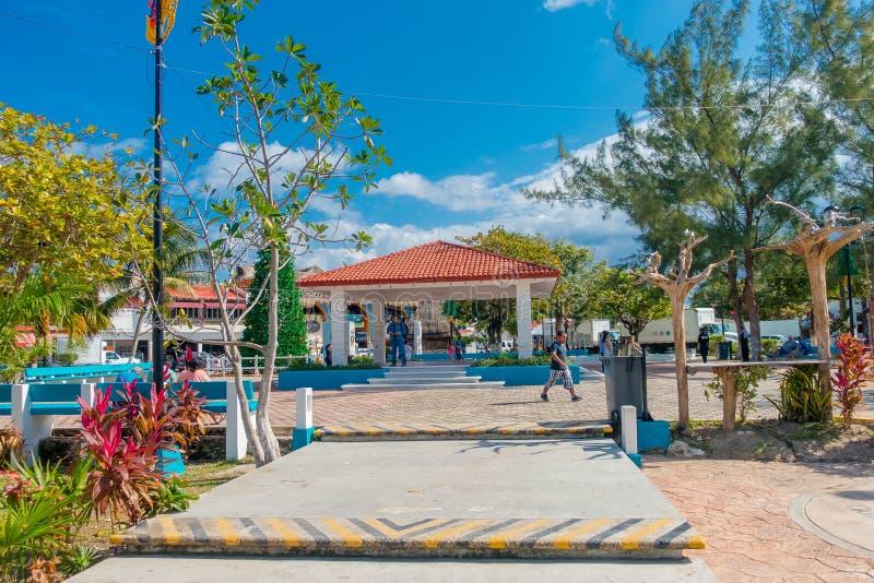 Puerto Morelos Meksyk, Styczeń, - 10, 2018: Plenerowy widok niezidentyfikowani ludzie chodzi po środku parka wewnątrz obraz royalty free