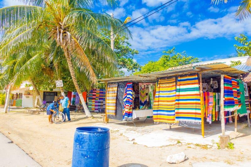 Puerto Morelos Meksyk, Styczeń, - 10, 2018: Plenerowy widok tkanina sklep w ulicach Puerto Morelos, Jukatan zdjęcia stock