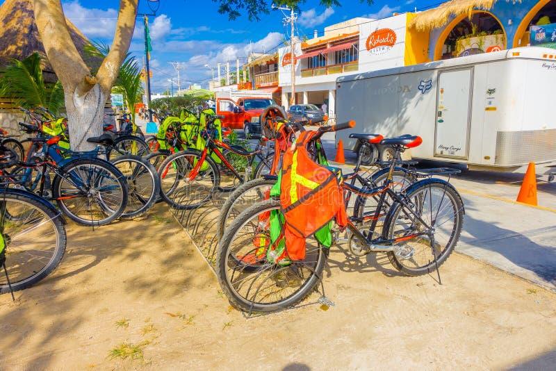 Puerto Morelos Meksyk, Styczeń, - 10, 2018: Plenerowy widok wiele bicykle parkujący woin z rzędu czynsz jechać na rowerze w fotografia stock