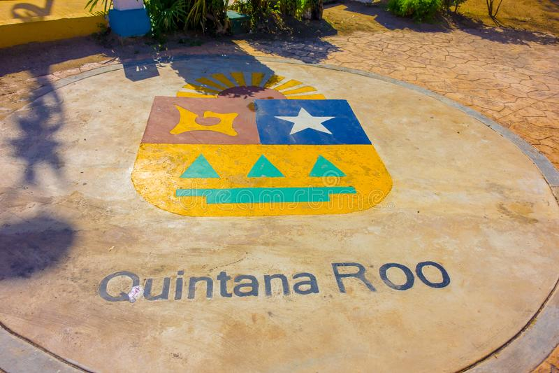 Puerto Morelos, Mexico - Januari 10, 2018: Openluchtdiemening van roo van woordquintana in de grond wordt geschreven in het midde royalty-vrije stock foto