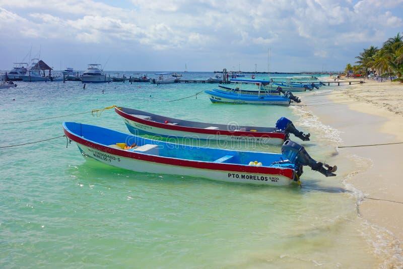 Puerto Morelos, Mexico - Januari 10, 2018: Sluit omhoog van paar van boten in een mooi turkoois water in Puerto Morelos stock afbeelding