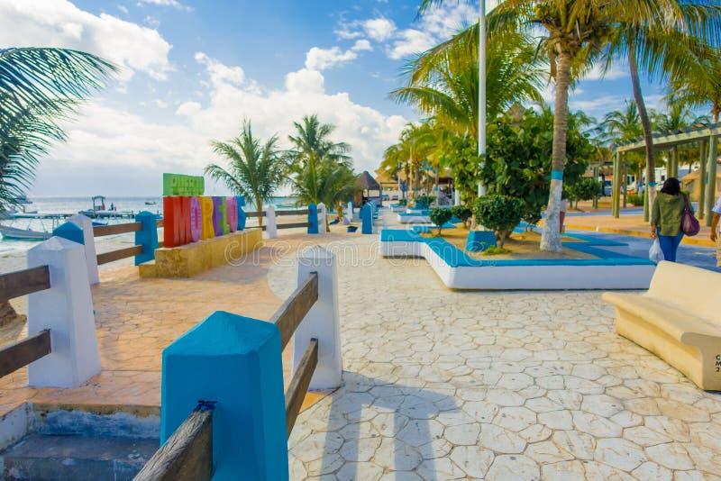 Puerto Morelos, Mexico - Januari 10, 2018: Toutists som går i pir av Puerto Morelos i Mayan Riviera Maya av arkivfoto