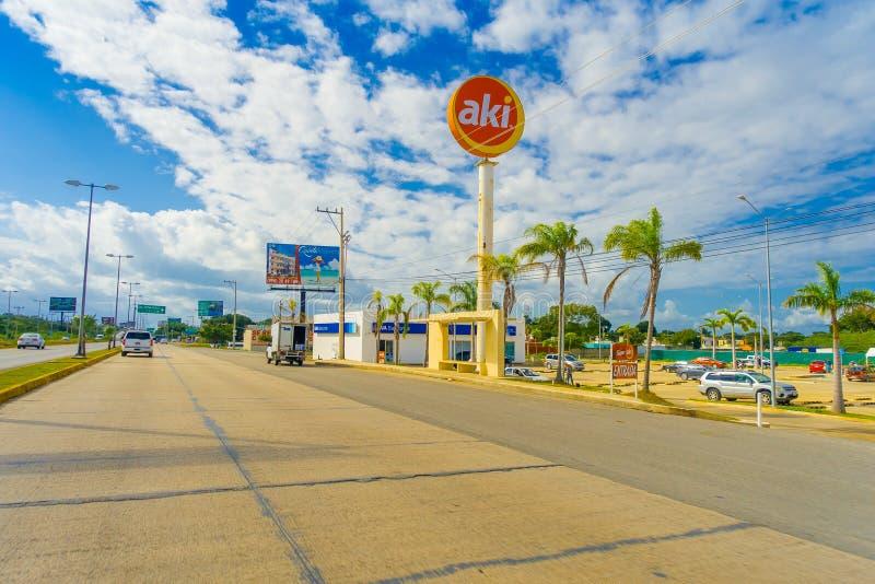 Puerto Morelos, Mexiko - 10. Januar 2018: Ansicht im Freien des informativen Zeichens gelegen bei einer Seite der Landstraße von  lizenzfreies stockfoto