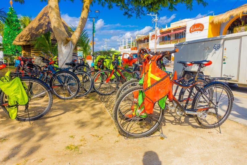 Puerto Morelos, Mexique - 10 janvier 2018 : La vue extérieure de beaucoup de bicyclettes a garé dans un woin de rangée des vélos  photographie stock