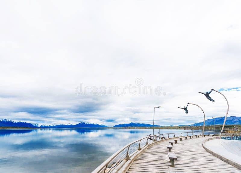PUERTO NATALES, O CHILE - 11 DE JANEIRO DE 2018: As esculturas no passeio da beira do lago Copie o espaço para o texto foto de stock