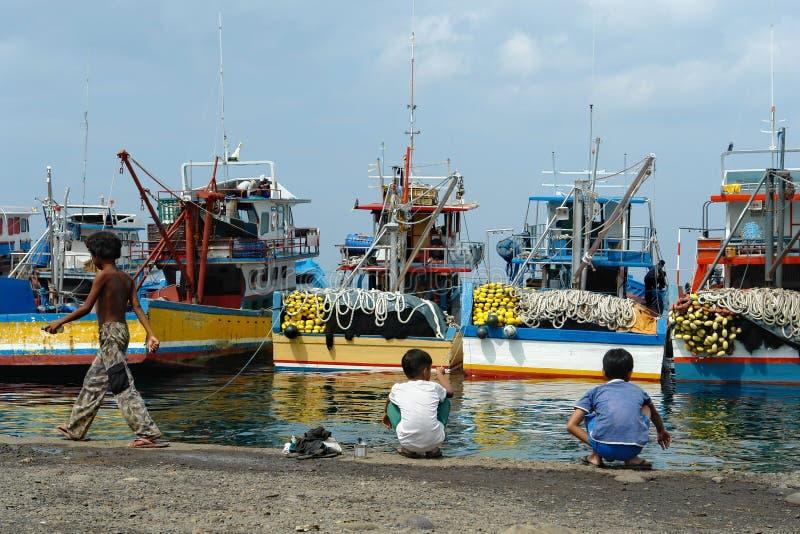 Puerto pesquero asiático industrial. imagen de archivo