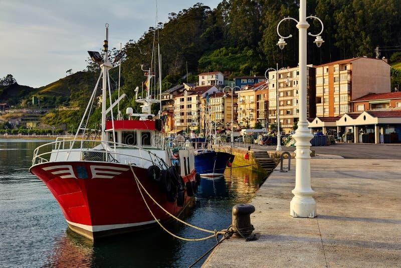 puerto pesquero de Ribadesella España imagen de archivo