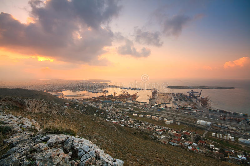 Puerto Pireo, Atenas del envase foto de archivo